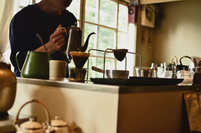 一杯のコーヒーには、表情やカラーがそれぞれあります。コーヒーを口に運ぶときは、まず香りを深々と吸い込んでから、コク、酸味などの味を意識しながら味わってみてください。