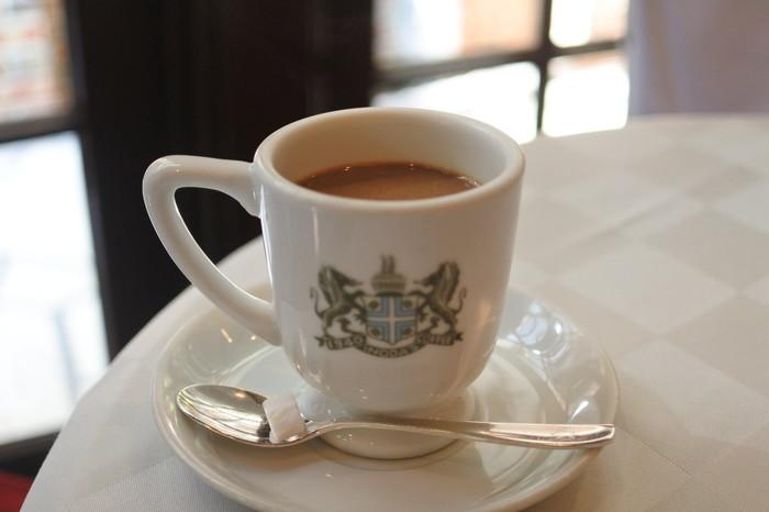 熟練された職人の手によってブレンドされたコーヒー豆を使用し、ネルドリップで抽出しています。ホットコーヒーにミルクと砂糖を入れた、創業からの伝統メニューである「アラビアの真珠」は一度は飲みたい一杯です。もちろん、オーダー時にミルクと砂糖を入れるか聞いてくれますよ。