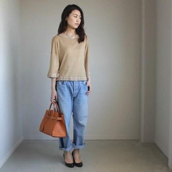 ベージュのサマーニットは、七分袖でロングシーズン着用OK。デニムパンツを合わせたベーシックなコーディネートは、大人女子のデイリースタイルにもぴったりです。
