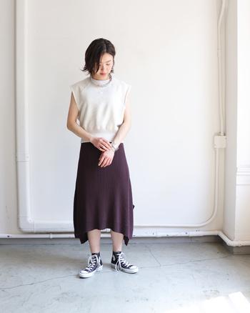 リブ素材のサマーニットスカートは、白のノースリーブと合わせてベーシックなカラーリングで。あえてスニーカーを合わせたコーディネートで、フェミニンな雰囲気を上手にカジュアルダウンしています。