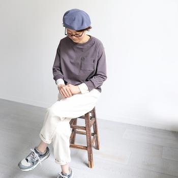 サマーニットのベレー帽は、ちょこんと頭にのせるだけで季節感がアップ。グレーのトップスと白パンツを合わせたプレーンなコーディネートも、ワンポイントのベレー帽でクラスアップが叶います。