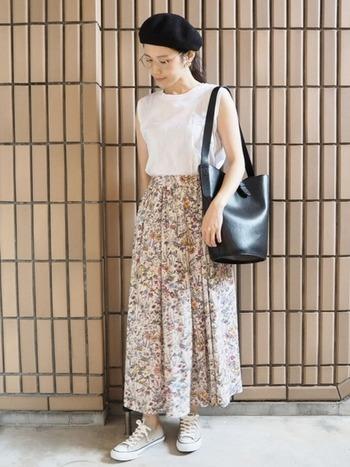 小花模様のガーリーなスカートには素足でコンバースを軽やかに履いて。こんなに女性的な装いにもベージュコンバースなら上手に馴染みます。