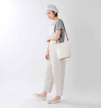 サマーニット素材で作られた白のショルダーバッグは、春夏コーデに涼し気なワンポイントをプラスしたい時にぴったり。サロペットにサマーニットのベレー帽とバッグを合わせて、ナチュラルさ抜群の夏コーデに。