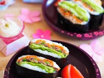 誰もが大好きなおにぎらず!こちらは、焼肉入りの和風スタミナレシピ。焼肉のタレで味付けするので、とても簡単。お好きな野菜を入れて、見た目も華やか、そして豪華!