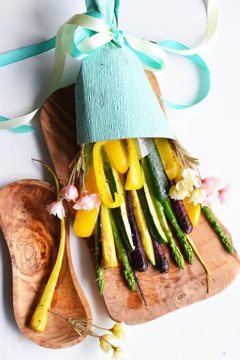 こちらも、焼くだけ!!なのに、華やかだし、食べやすくてお外ご飯にぴったり!彩りも考えて、色々な野菜でアレンジできそうな楽しいレシピです。