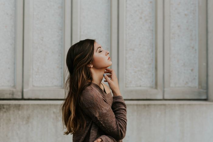 まわりの雰囲気を敏感に察知し、期待に応えようと相手の気持ちに寄り添ってしまうため、自分をうまく出せません。 自分の感情を抑えていくうちに、本当の自分がわからなくなってしまうことも。「自分がない」と自我のアイデンティティ喪失する苦しさを感じている人も多くいます。