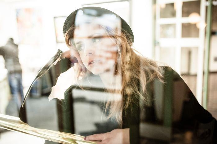 HSPは自己肯定感が育ちづらく、自己評価が低い傾向にあります。自分に自信が持てないため、人から受けた評価がそのまま自分の評価になってしまいます。そのため、相手にどう思われているか常に気にしてしまいます。