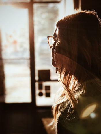 人が感じた感情が、そのまま自分も感じることはありませんか? HSPは心的境界線が薄いと言われています。 相手のささいな声のトーンの変化も気づき、感情を敏感に察知するのも特徴。周りの人の感情が自分の中に流れ込み、影響を受けやすいのです。