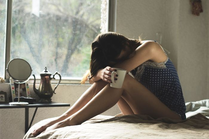 自分がない、自己評価が低いため、落ち込みやすくなります。ちょっと責められただけでも、自分を全否定されていると感じてしまいます。  他の人ならこんなことで落ち込んだりしないと、頭ではわかっているため、ささいなことで悩んでいる自分を責めてしまっていませんか?