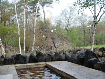 浅間山の地下1,600mから湧き出す奥軽井沢温泉があり、露天風呂の他、足湯も。軽井沢の自然を眺めながら入浴できます。