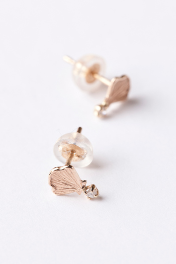 精緻な造形のシェルモチーフに、キラッと光る小粒のダイヤが付いた可愛らしいピアス。裏も表もリバーシブルで楽しめるtwo face collectionとして展開されているシリーズで、他にもシェルが小さく揺れるバータイプのピアスやネックレスなどもあります。