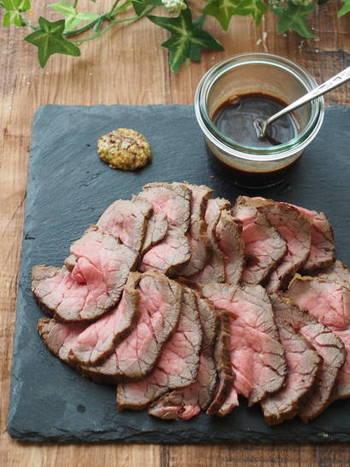 牛もものブロック肉を使った、簡単でヘルシーなローストビーフ。表面に塩コショウを振った牛肉を、すべての面を厚さに合わせてフライパンで焼き、二重にしたアルミホイルで包んで1時間置いておきます。たれもシンプルな味付けなので、お肉の旨みを存分に味わえます。