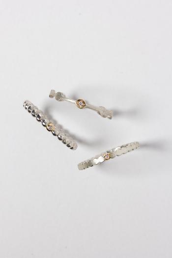 永遠・平和・希望の象徴とされるmaruを連ねたシリーズコレクション。クールなシルバーにワンポイントのK18を組み合わせ、ゴールドの真ん中にはダイヤを一粒あしらっています。シングルでも、重ね着けしてもお洒落なシリーズです。