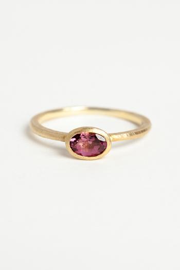 10月の誕生石であるトルマリンは種類や色がとても多く、赤、黄、緑・青、紫などさまざまなカラーバリエーションがあります。石言葉は「希望」「潔白」「忍耐」など。パワーストーンとしての効果は色によって異なるとされ、特にピンクトルマリンは愛情や幸福を引き寄せる石として女性に人気です。