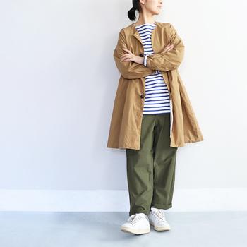 「ノーカラーコート」も襟が無くすっきりしているので、ロング丈でも涼しげ。大人っぽい雰囲気なのでストールを巻いてもおしゃれです。風が冷たい日はロング丈春コートでしっかり寒さ対策を。