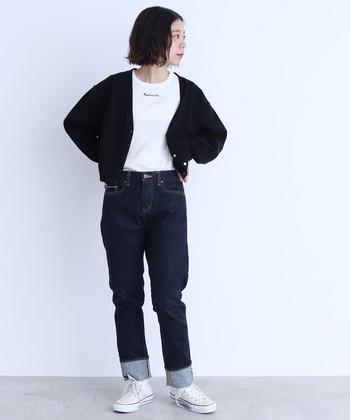 ディープブルーのデニムに爽やかなホワイトスニーカーを合わせた王道カジュアルスタイル。決め過ぎないけど、ちゃんとおしゃれな雰囲気。胸元のさりげないロゴがポイントです。
