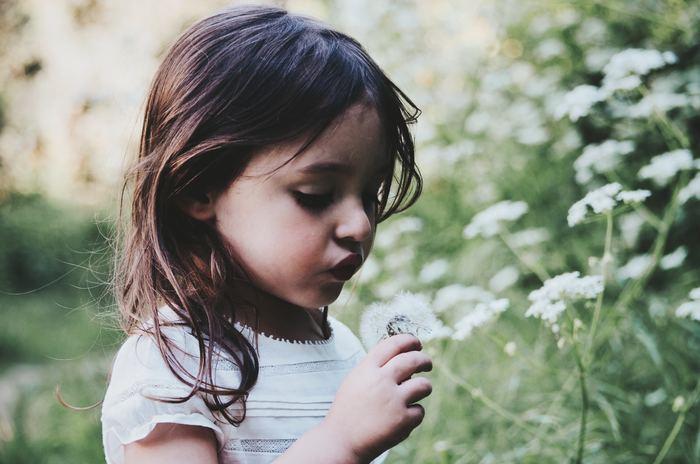 HSPの子どもの頃は「HSC=Highly Sensitive Child(ハイリー センシティブ チャイルド)」呼ばれています。人の感情を敏感に察知するため、自分の意見を言えなかったり、人の意見に同調したり、まわりの大人からおとなしい子と捉えられがちです。ただし、すべてのHSCが内向的とは限らず、70%は内向的、30%は外交的と言われています。