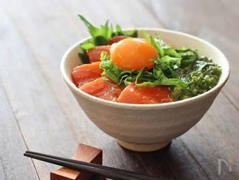 柚子胡椒がアクセントの漬けサーモンを丼によそったら、温かいご飯に載せ卵黄を落とすだけの簡単レシピ。メカブを絡め、トローリと頂きます♪