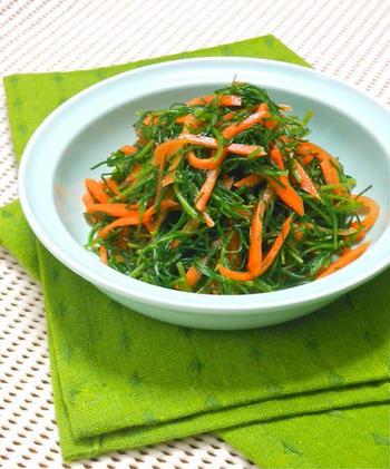 グリーンとオレンジの色合いがとても可愛らしいさっぱり和えです。オリーブオイルにすし酢、レモン汁などが入る爽やかな風味で、箸休めに最適のひと品です。