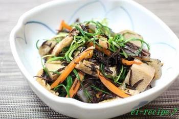 おかひじきと海藻のひじきにニンジン、高野豆腐、油揚げをアレンジして食べごたえのあるボリューム満点の五目煮が完成です。栄養バランスも良いので、毎日、少しずつでも食べたくなるおかずです。