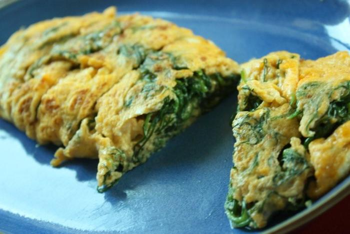 ベーシックな卵焼きにもおかひじきを。カットした断面も色鮮やかなので、お弁当にもおすすめのひと品です。