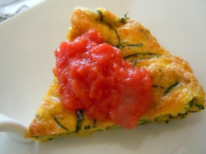 フリッタータはフライパンで作る丸い卵焼きです。玉子の黄色に鮮やかなグリーンのラインがとてもおしゃれ。おもてなしのひと品としてもおすすめです。