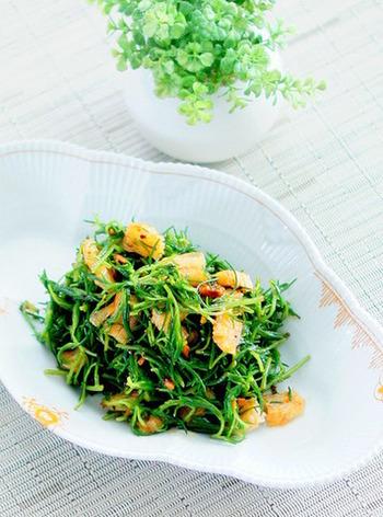 下茹でしたおかひじきと笹かまぼこをポン酢と食べるラー油で和えるだけの簡単スピードレシピです。茹でたおかひじきの水気をしっかり切ると、和え物が美味しく仕上がります。