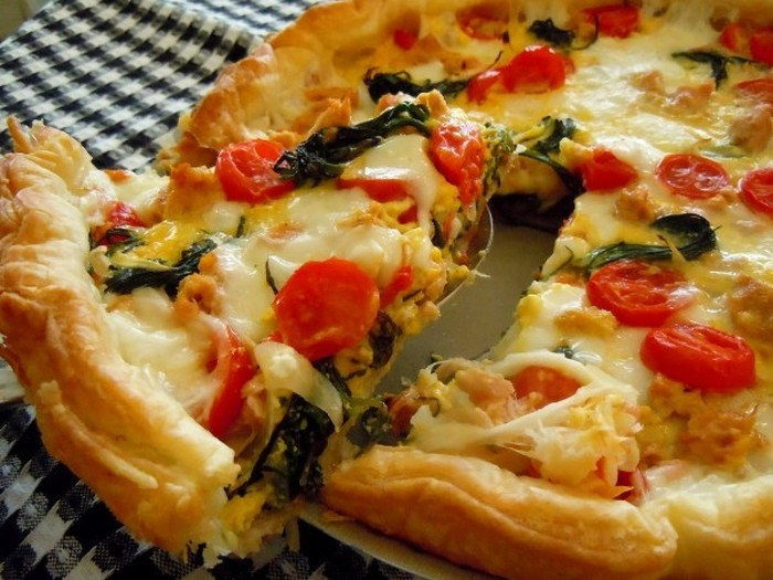 ツナと新玉ねぎ、チーズにトマトとイタリアンな材料で作ったキッシュです。おかひじきのシャキシャキとした食感がアクセントになっています。