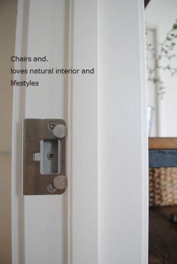 ドアラッチをはずしてしまうことで、ドアはいつでも開け閉めできるようになります。ただ、それだとドアがいつでもふんわり開いてしまうため、磁石を使って閉まっている状態を作り出すというわけです。