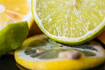 アク抜きの酢がないときには、レモン汁でもいいようです。れんこんのきれいな色を保ちたいのに酢がない…というときにはぜひ試してみてください。