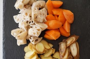 筑前煮など、れんこんを煮物に使う場合は、酢水に浸けると柔らかな食感が損なわれやすいので、冷水にさらしましょう。そうすることで、ほくほくした食感になるそう。なお、煮物に鉄鍋を使うとれんこんの成分(タンニン)が反応して黒くなりますのでご注意を。