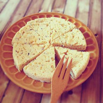 小麦粉や米粉の代わりにおからを使えば、よりヘルシーな蒸しパンを作ることもできます。レンジで4分でできるので、ダイエット中の朝食やおやつにどうぞ!
