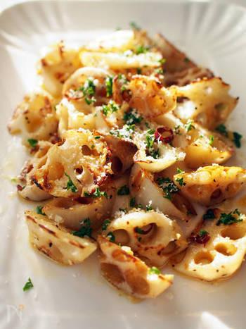 こんがり焼き色を付ける料理ですので、れんこんの変色の気遣いは不要。水にさらすだけでOKです。ガーリックとチーズが香ばしく、カリッとした食感もあとを引きます。