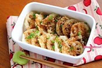シャキシャキ感を残したい天ぷらは、1㎝厚さの輪切りか半月切りにして、酢水にさらします。揚げたてはサクサクで、主役級のおいしさだとか。甘辛たれをかけて召し上がれ。