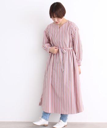 さらりと着やすいマルチストライプのワンピース。デニムを合わせるとおしゃれな雰囲気がぐっとあがります。