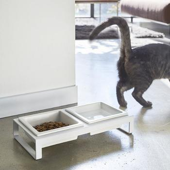 ペット用の餌場は、いつも衛生的に保ちたい場所ですよね。シンプルでスタイリッシュな器があれば、ペットのごはんもおしゃれな雰囲気に。