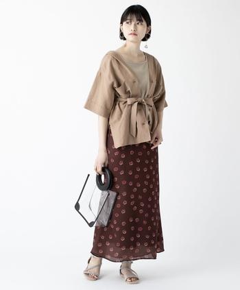 淡い花柄が並ぶ、軽い印象のスカート。トレンドアイテムを合わせるのはもちろん、シンプルなTシャツと合わせてもバランスがよさそう。