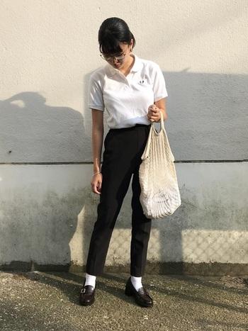 ポロシャツにセンタープレスのスラックス、ブラウンのローファーを合わせたシンプルスタイル。白のトップスやソックス、きなり色のバッグなどの白系アイテムで爽やかさをアップ!ローファーには、襟のあるポロシャツが相性抜群です。