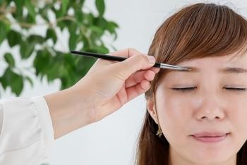 【余白を意識した眉メイクのポイント】  ・眉をなるべく長めに描くようにして余白を減らします。  ・小鼻と目尻を一直線に結んだラインを目安にして、眉の長さを決めましょう。  ・一直線の平行眉にするのではなく、眉尻を斜めに下げた自然な眉を描くようにしましょう。  ・並行眉はのっぺりとした印象を与えてしまうので、眉に角度をつけてメイクに立体感を出すようにしましょう。