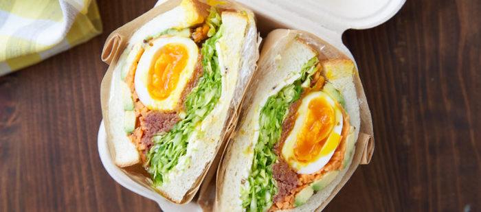 春キャベツをたっぷり使ったわんぱくサンド 。キャベツの緑と卵の黄色と人参の赤で、鮮やかで見た目にも楽しいサンドイッチになっています。お箸やお皿がいらないサンドイッチは手軽に外で楽しめるお弁当です。見目よく野菜もたくさん摂ることができるので一石二鳥ですね。人参もマリネにしてあるので、多めに作って作り置きおかずとしても便利です。