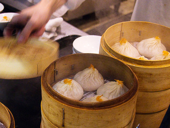 小籠包は中華料理・点心(テンシン)のひとつ。あふれる肉汁が特徴ですね。ちなみに、中国茶を飲みながら点心を食べることを飲茶(ヤムチャ)と言います。