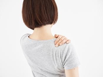 現代人を悩ませている「肩こり」。近年、パソコンやスマホ使用の影響で悩みを抱える人が多く、今や肩こりは「国民病」とまでいわれています。  そもそも肩こりとは、筋肉が緊張している状態のこと。筋肉は伸びたり縮んだりすることにより動きますが、緊張というのは、縮んで固くなった状態のことを指します。 何が原因で筋肉が緊張し、肩こりが引き起こされてしまうのか、おもな要因は以下の3つが挙げられます。