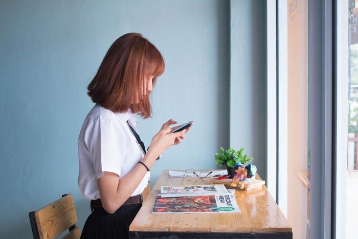 座りっぱなしで仕事や作業をすることが多い現代人。長時間、同じ姿勢でいることにより、筋肉が緊張状態のまま固まってしまいます。さらに、運動不足になると、肩回りの筋肉を動かしてほぐす機会が少なくなります。