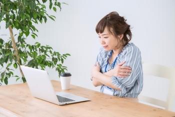 冬の寒さだけでなく、夏場の冷房による冷えにも注意。寒さで肩回りの血流が悪くなると、筋肉の緊張状態がさらに悪化します。
