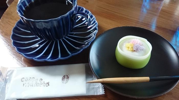 「珈琲と和菓子の組み合わせ」はこちらのお店の名物。優しい和菓子の甘みと珈琲が抜群の相性です。季節ごとに変わるスイーツは何度も足を運びたくなる美味しさです。