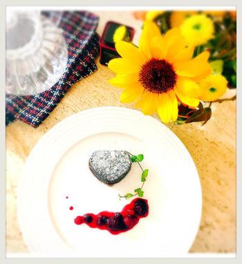 写真のように、好きなフルーツを添えてお皿をデコレーションすると、まるでアートのような仕上がりに。簡単なのでおすすめです。