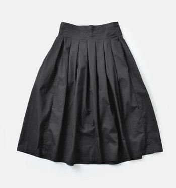 ボトムスはシンプルなものを用意しておくと着回し力がぐんと上がります。膝より少し長めのミモレ丈のフレアスカートは、フラットシューズに合わせてもバランスよく着こなせるのでおすすめです。
