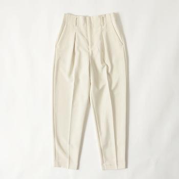 またパンツならテーパードのものや、センタープレスのものを選ぶと、きちんとしつつこなれたスタイリングが楽しめます。
