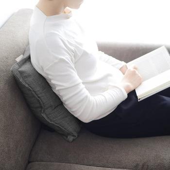 普通のクッションと変わらない見た目で、イスやソファでくつろぎながら、肩や腰を優しくほぐしてくれます。