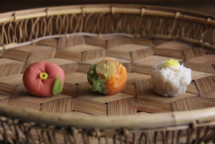 職人が細やかな技術で、季節ごとの自然を表現した可愛らしい一口サイズの和菓子たち。食べてしまうのがもったいないほど一つ一つが繊細で上品です。